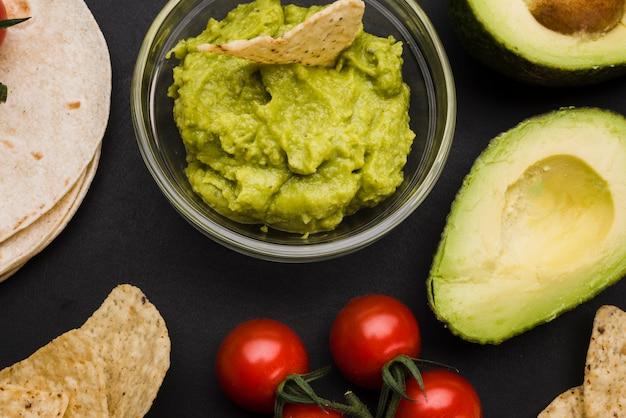 Pita perto de legumes e molho com nachos Foto gratuita