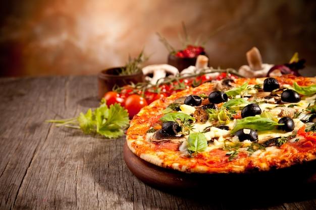 Pizza caseira tradicional pronta para comer Foto Premium