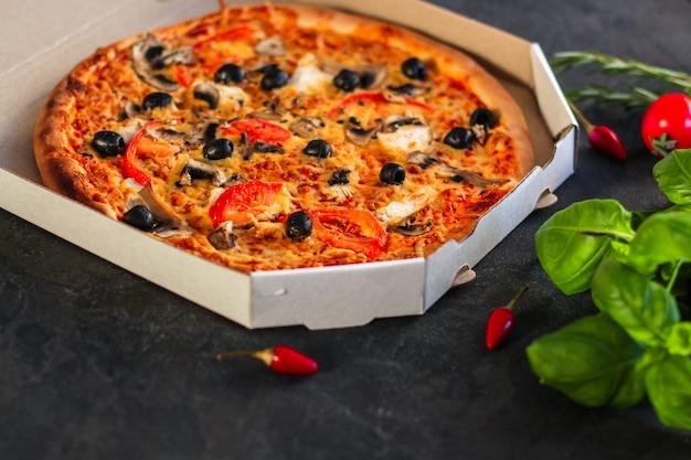 Pizza, cogumelos, azeitonas, frango, molho de tomate, queijo, (ingredientes para pizza) Foto Premium