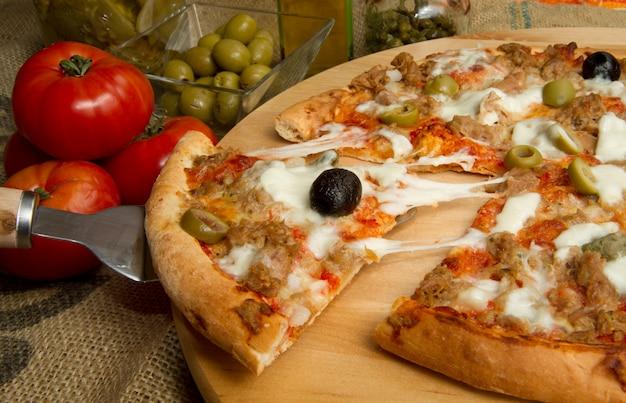 Pizza com atum e azeitonas Foto Premium