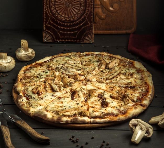 Pizza com cogumelos e gergelim Foto gratuita