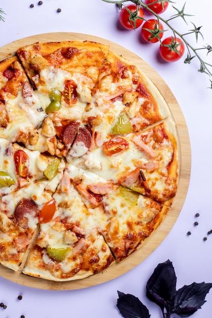 Pizza com legumes e tomate Foto gratuita