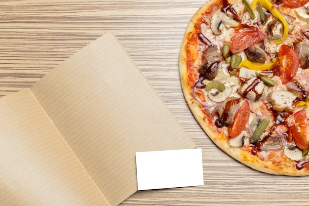 Pizza com papel em branco, com espaço de cópia Foto Premium