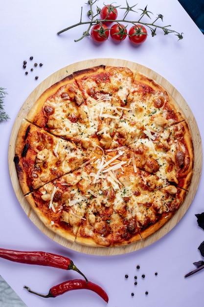 Pizza com queijo extra e ervas secas Foto gratuita