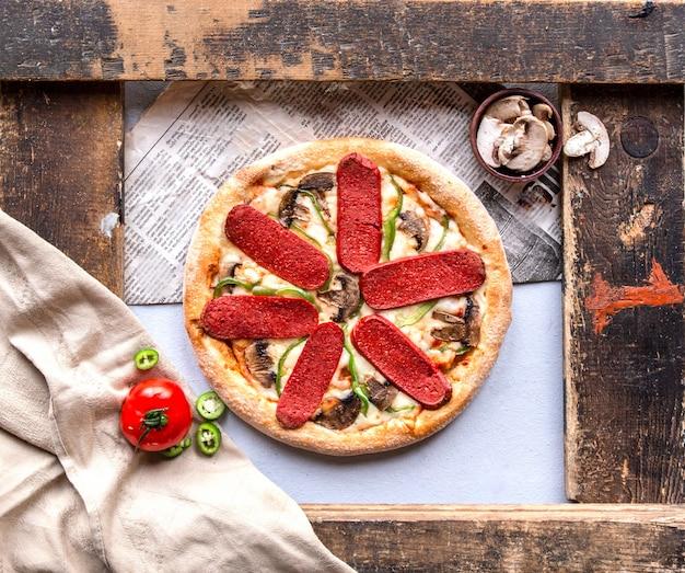 Pizza de calabresa com cogumelos, tomate e pimenta verde. Foto gratuita