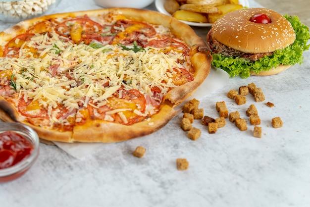 Pizza de close-up com hambúrguer Foto gratuita