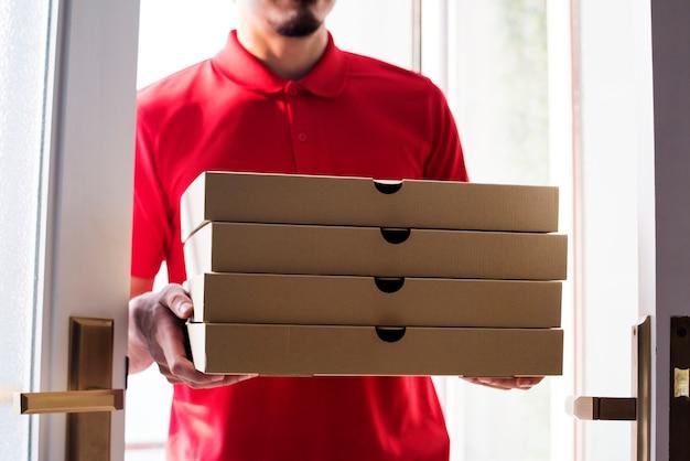 Pizza de entrega do homem ao cliente Foto Premium