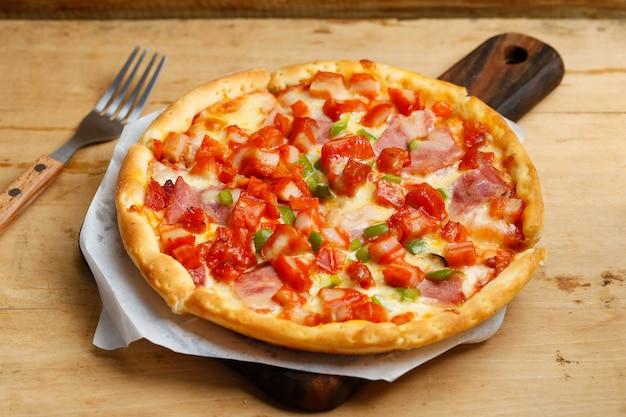 Pizza de frango com bacon Foto gratuita