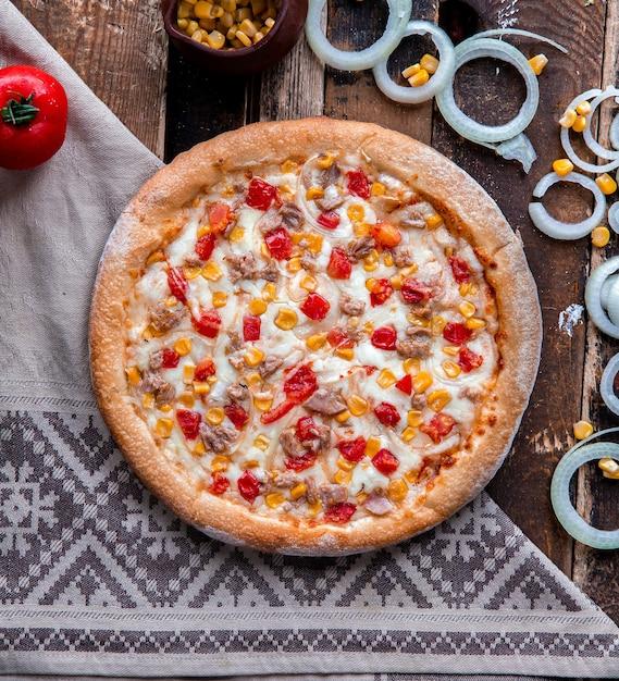 Pizza de frango com tomate e molho ranch Foto gratuita