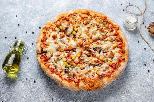 Pizza de frango saboroso com cogumelos e especiarias Foto gratuita