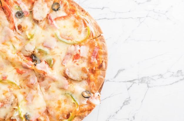 Pizza de presunto e salsicha Foto Premium