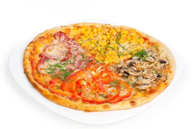 Pizza de quatro cores isolado no branco Foto Premium