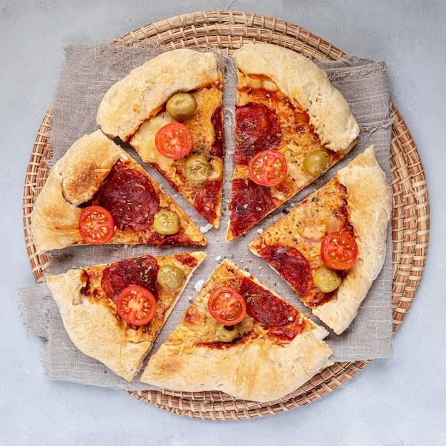 Pizza de vista superior fatiada Foto gratuita