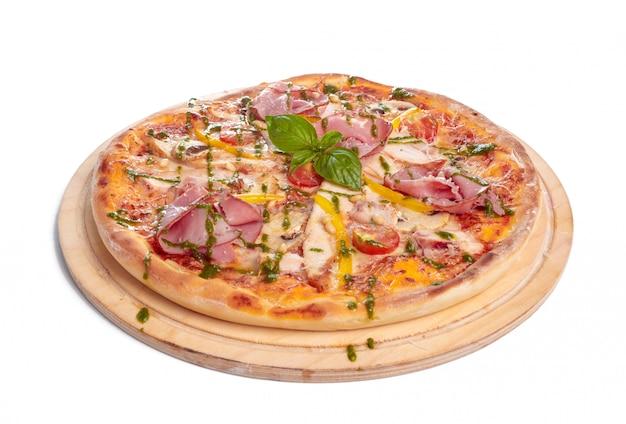 Pizza deliciosa servida na placa de madeira, isolada no branco Foto Premium