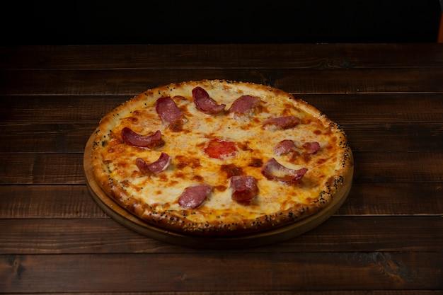 Pizza italiana com salsichas e queijo Foto gratuita