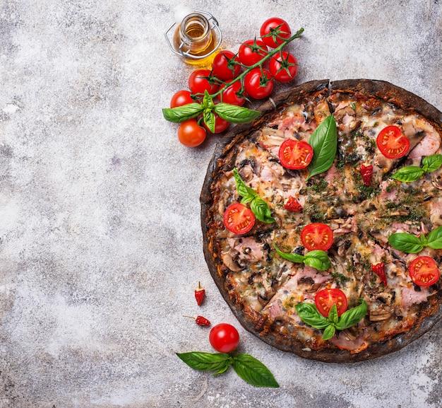 Pizza italiana na massa preta. comida na moda Foto Premium