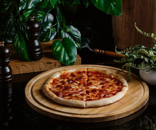 Pizza margarita com molho de tomate caseiro, apresentada em uma cafeteria Foto gratuita