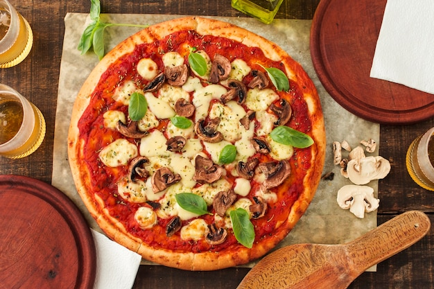 Pizza margherita grelhada com molho de tomate; queijo; manjericão e cogumelo Foto gratuita