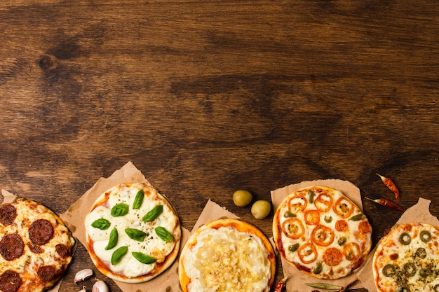 Pizza na mesa de madeira com espaço de cópia Foto gratuita