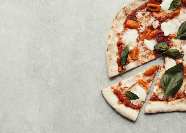 Pizza na superfície cinza Foto gratuita