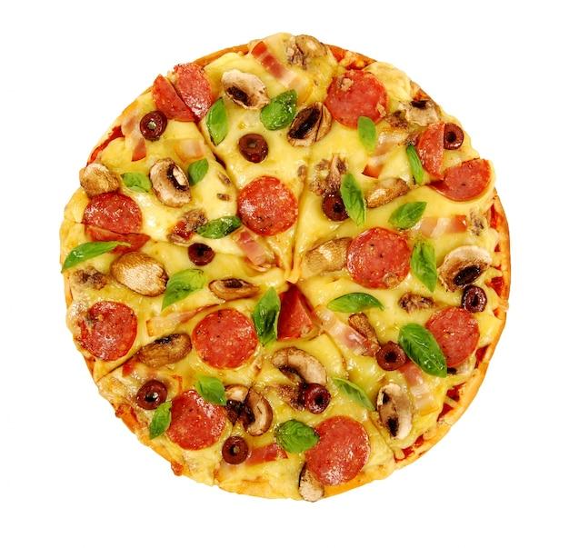 Pizza no fundo branco isolado Foto gratuita