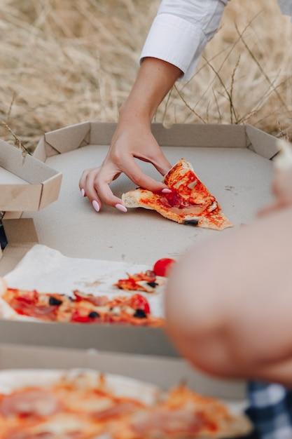 Pizza no gramado em caixas Foto Premium