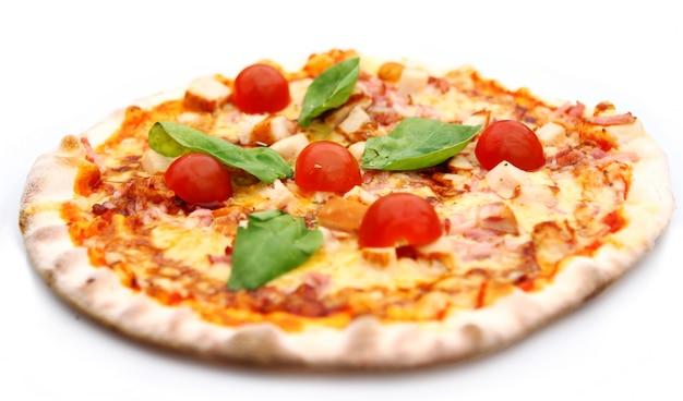 Pizza quente e saborosa Foto gratuita