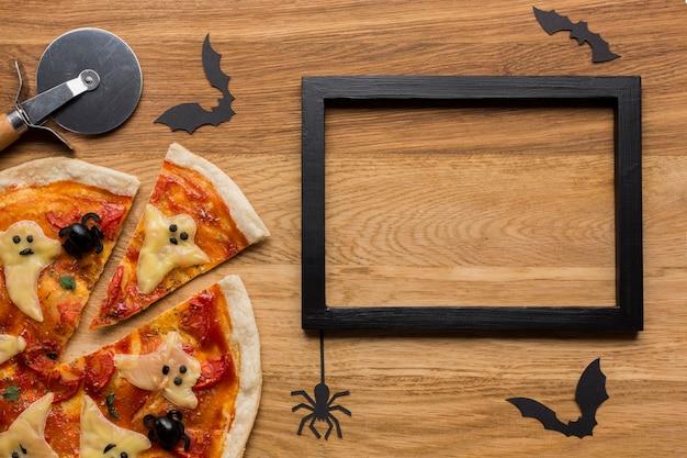 Pizza saborosa com cortador e moldura Foto gratuita