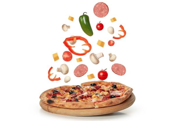 Pizza saborosa e ingredientes isolados no branco Foto Premium