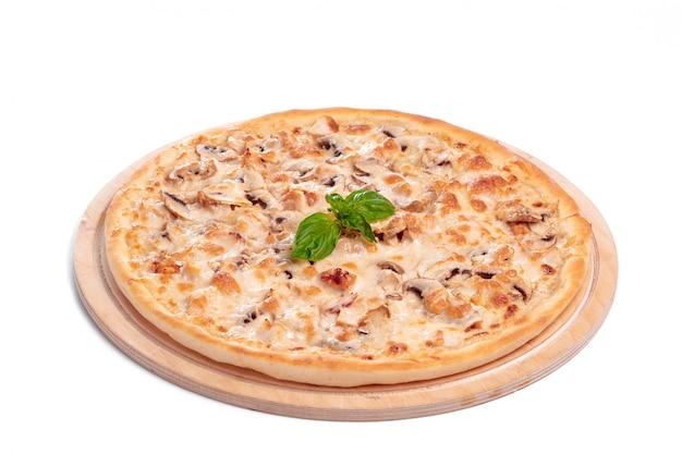 Pizza saborosa é isolada no branco Foto Premium