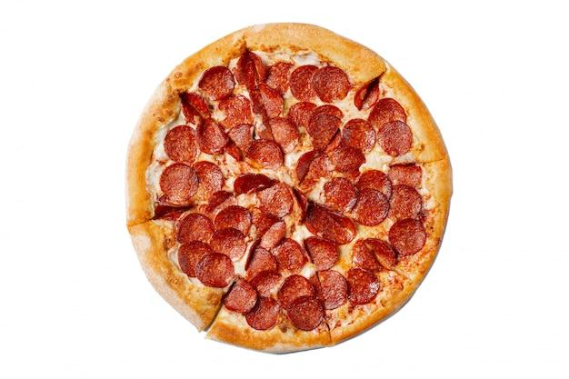 Pizza saborosa fresca com calabresa isolada no branco Foto Premium