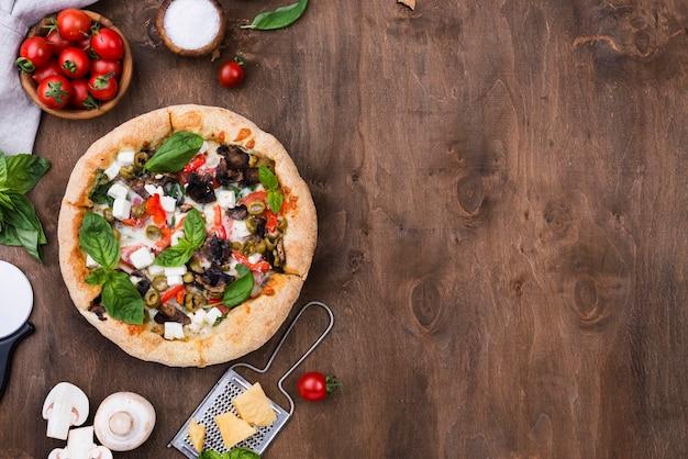 Pizza saborosa plana leigos com legumes Foto gratuita