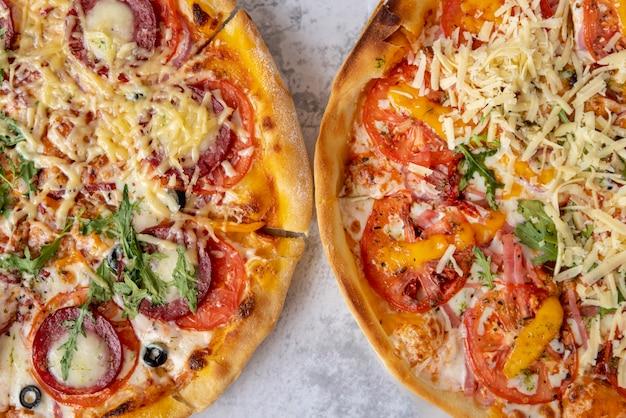 Pizzas de vista superior em fundo de cimento Foto gratuita