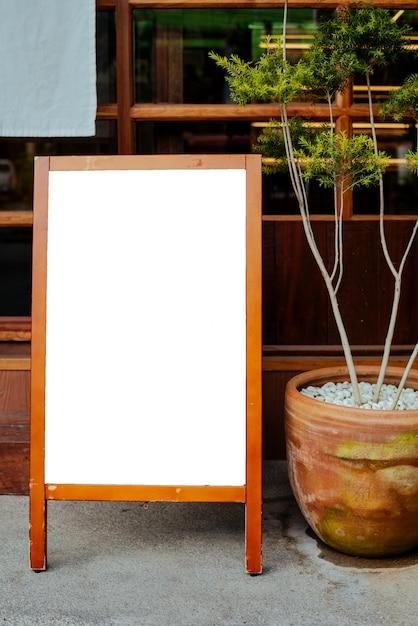 Placa branca na frente do café, restaurante para observar algum menu especial no estilo do japão. Foto Premium