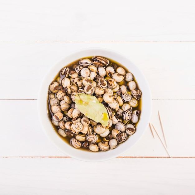 Placa com caracóis no desktop da cozinha Foto gratuita