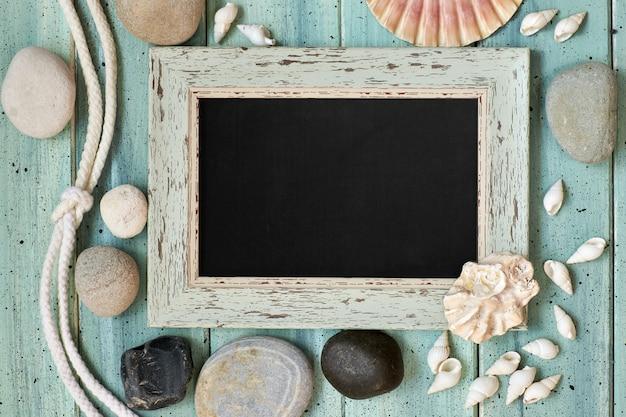 Placa com decorações marítimas em madeira turquesa clara, cópia-espaço Foto Premium