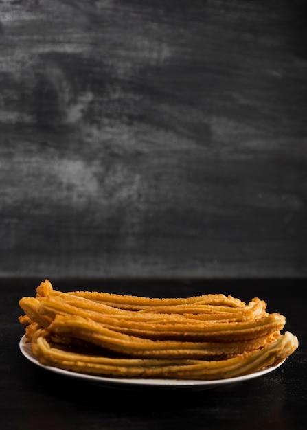 Placa de churros minimalista vista frontal com espaço de cópia Foto gratuita