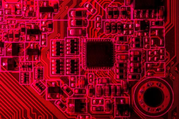 Placa de circuito com tema vermelho com close-up de chip Foto gratuita