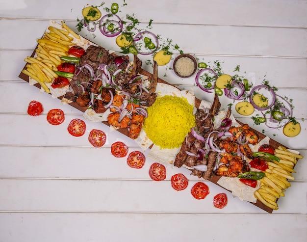 Placa de comida com kebab tradicional, grelhados e legumes. Foto gratuita