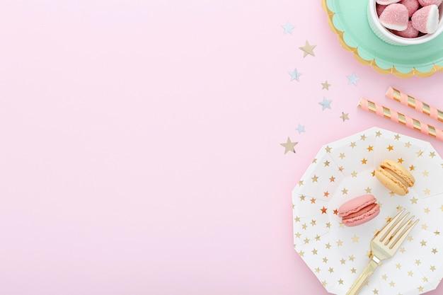 Placa de cópia-espaço com macarons Foto gratuita
