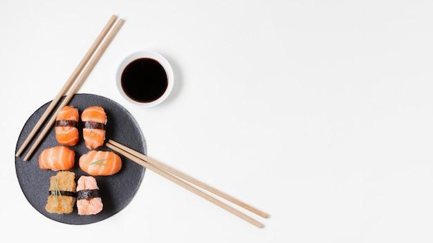 Placa de cópia-espaço com sushi Foto gratuita