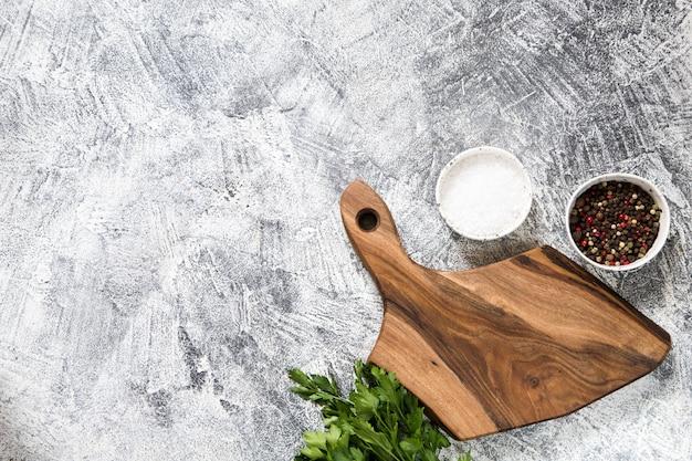 Placa de corte com ingredientes em concreto branco Foto Premium