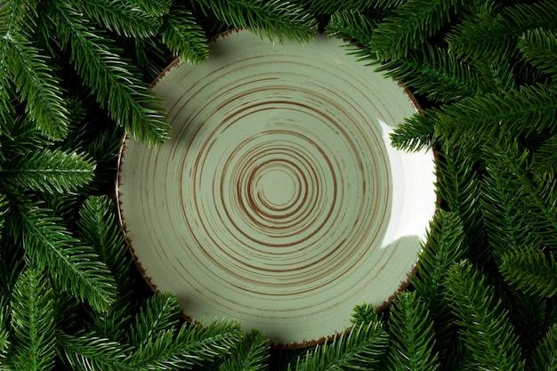 Placa de férias vista superior entre galhos de árvores de abeto verde. Foto Premium
