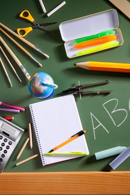 Placa de lousa de escola abc verde volta para a escola Foto Premium