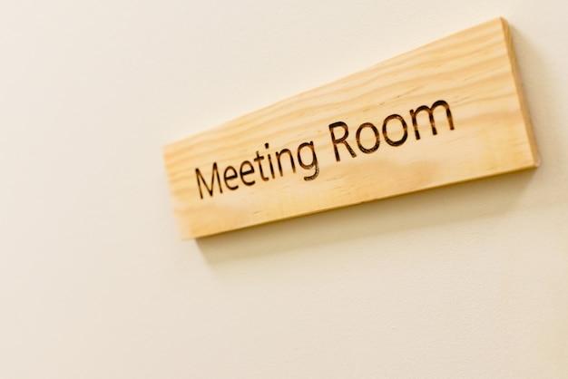 Placa de madeira com a palavra sala de reunião Foto Premium