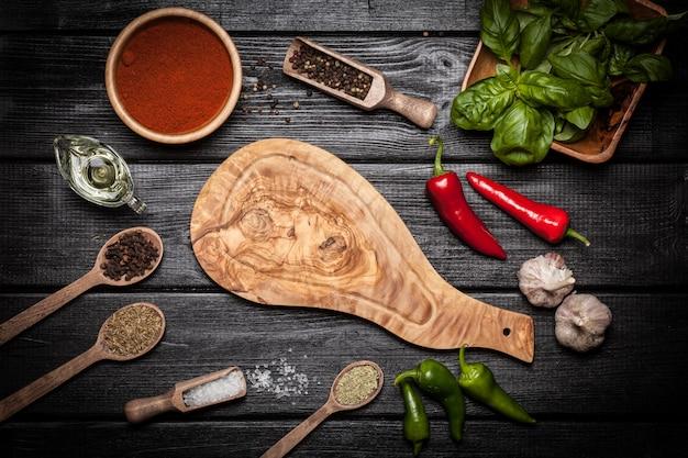 Placa de madeira de olice com especiarias diferentes Foto Premium