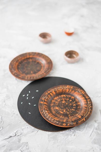 Placa de madeira no plano de fundo texturizado concreto Foto gratuita