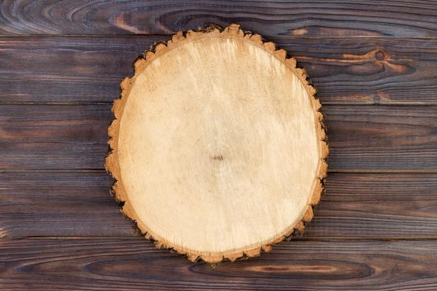 Placa de prancha de madeira na mesa de madeira. Foto Premium