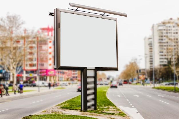 Placa de publicidade branca em branco na rua vazia Foto gratuita