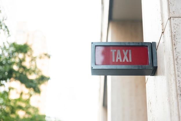 Placa de sinal de táxi com fundo desfocado Foto gratuita